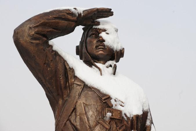 Памятник, посвящённый китайскому солдату, в городе Даньдун провинции Ляонин. Фото: Frederic J. Brown/AFP/Getty Images