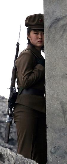 Северокорейский солдат патрулирует берег реки Ялу, отделяющей страну от китайского пограничного города Даньдун, 26 апреля 2014 г. Фото: STR/AFP/Getty Images