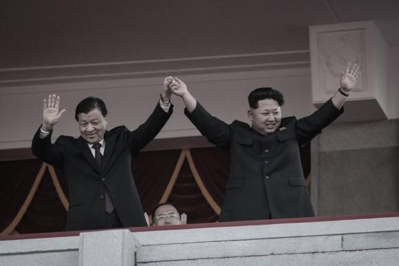 Северокорейский диктатор Ким Чен Ын (справа) и член Постоянного комитета китайской компартии Лю Юньшань на военном параде в Пхеньяне 10 октября 2015 года. Фото: Ed Jones/AFP/Getty Images