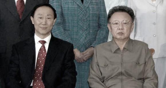 Ван Цзяжуй (слева) и лидер Северной Кореи Ким Чен Ир позируют для фото в Пхеньяне, 23 января 2009 г. Фото: ЦТАК/AFP/Getty Images