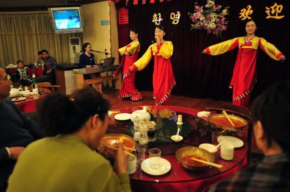 Северокорейские официантки выступают в корейском ресторане Gaoli 5 апреля 2009 года в пограничном Даньдун провинции Ляонин. Фото: Frederic J. Brown/AFP/Getty Images