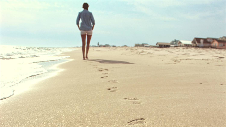 босиком, пляж
