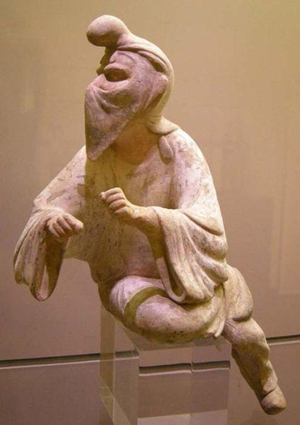 Статуэтка согдийца с повязкой на лице, возможно, всадника или зороастрийского жреца. Повязки использовали, чтобы избежать загрязнения священного огня от дыхания или слюны людей. Фото: Public Domain