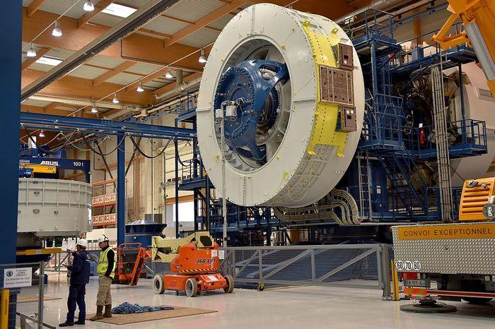 Постройка ветроэлектростанции на одном из американских заводов. Фото: LOIC VENANCE/AFP/Getty Images