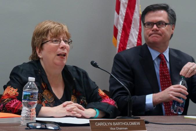 Каролин Бартоломью (справа), заместитель председателя американо-китайской комиссии по экономике и безопасности, представила годовой отчёт в Конгрессе США, на Капитолийском холме, 16 ноября. Слева — председатель этой комиссии Деннис Ши, который выступил перед ней. Фото: Gary Feuerberg/Epoch Times
