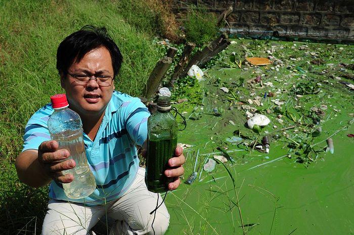 Сравнение воды из озера Тайху с чистой водой. Фото: MARK RALSTON/AFP/Getty Images)