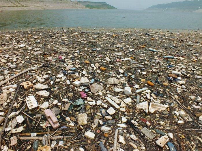 Водохранилище Шанхая покрыто 100-тонным слоем мусора