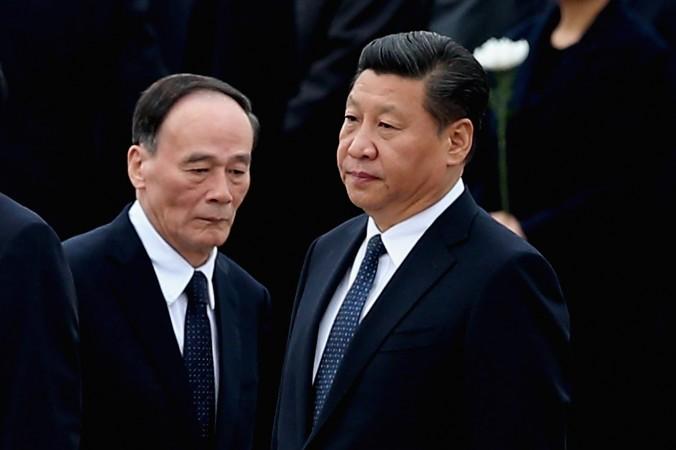 Китайский лидер Си Цзиньпин (справа) и Ван Цишань в Пекине 30 сентября 2014 г. фото: Feng Li/Getty Images