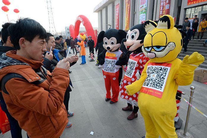 Пользователи сканируют WeChat QR - коды, которые использовались для связи с компанией при наборе персонала на работу, Тайюань, Китай. Фото: VCG/VCG via Getty Images