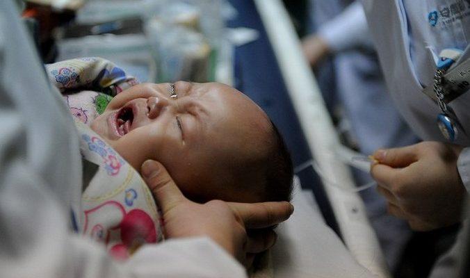 На заметку родителям: в Китае младенец умер во сне из-за чрезмерного укутывания