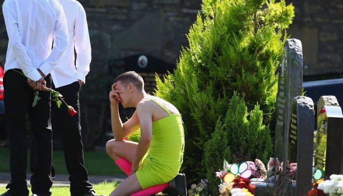 На похороны друга парень пришёл в ярком женском платье. Однако никто над ним не смеялся