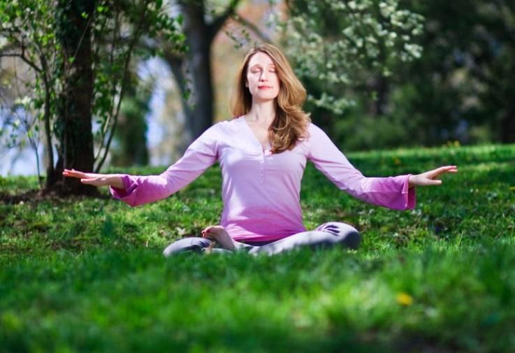 медитация, Фалуньгун, женщина, природа, гармония, трава, фиолетовый, шатенка, дерево