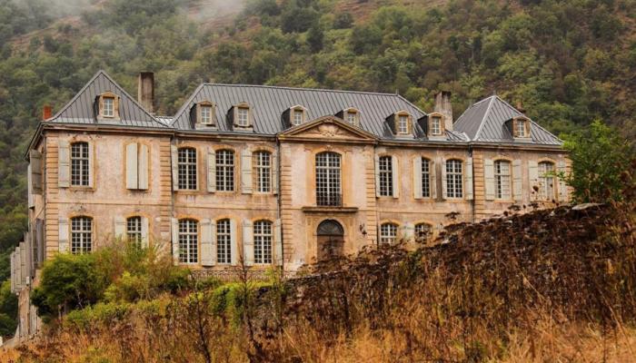 Супруги купили заброшенный замок XVIII века, но не знали, что ждёт внутри