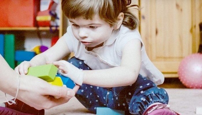 5-летняя девочка похожа на 1,5-годовалого ребёнка. Отец ради неё отказался от карьеры