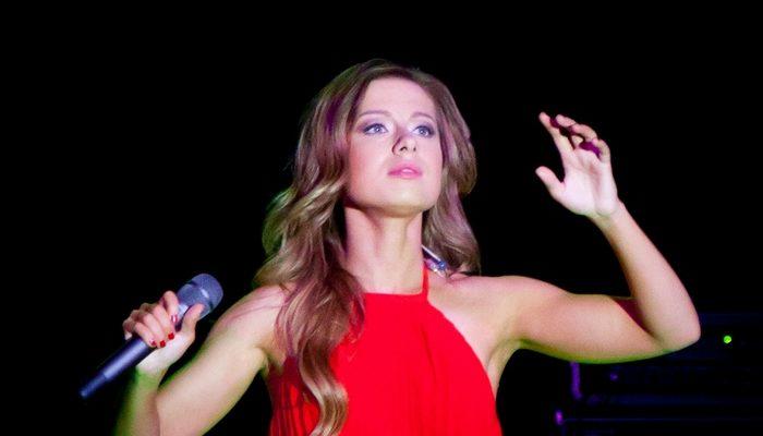 Певица Юлия Савичева взяла под опеку 2 маленьких детей