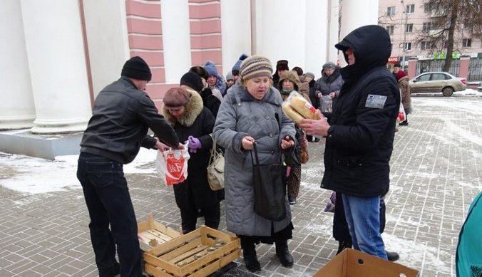 очередь, пенсионеры, хлеб, благотворительность
