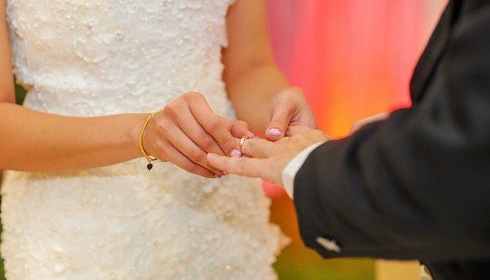 Они решили пожениться, чтобы порадовать умирающего отца. Но платье невеста никак не могла найти…