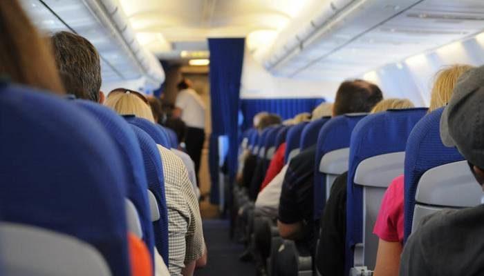 Женщина стала задыхаться на борту самолёта. Её спасли, соорудив устройство из подушек безопасности