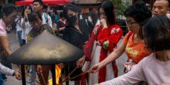 Китайские чиновники обращаются к монахам и предсказателям в трудные времена