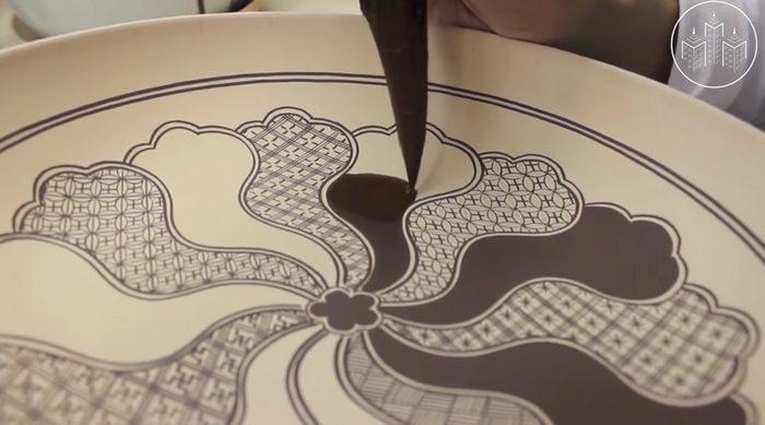 Японский художник создаёт удивительные узоры на чаше. Процесс завораживает! (видео)