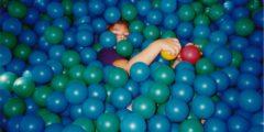 4-летний мальчик с мамой едва не «утонули» в бассейне с шариками
