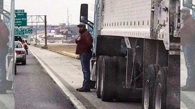 Женщина сначала не поняла, почему мужчина стоял на автостраде в холод и провожал их взглядом. Причина растопила её сердце