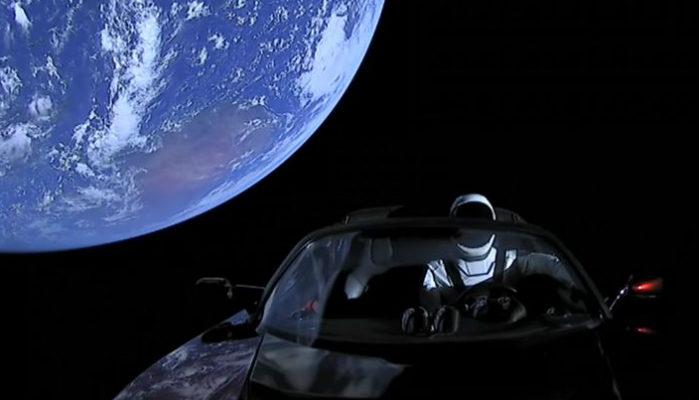 Илон Маск успешно отправил к Марсу любимый электромобиль на сверхмощной ракете (видео)