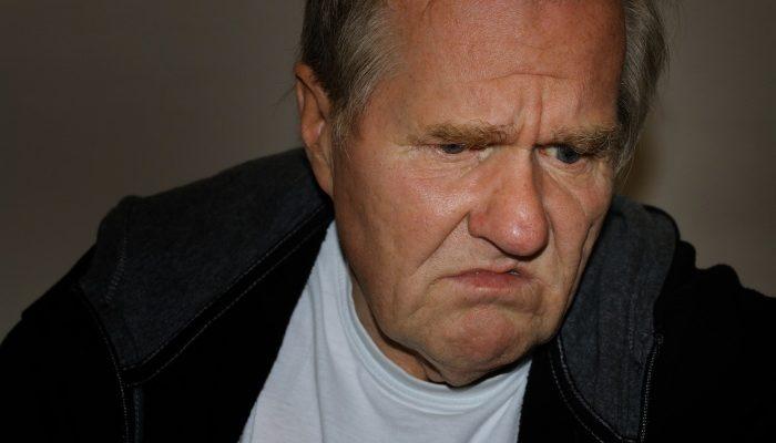 Пожилой мужчина сидел на тележке в супермаркете. Его глаза молили о помощи