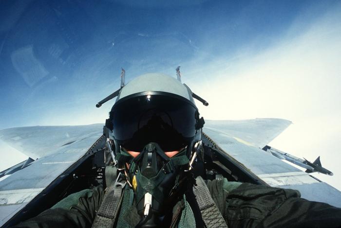 летчик в самолете
