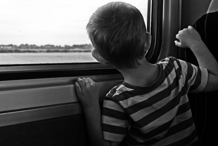 Мужчина в поезде наблюдал за мамой с 3-летним сыном. Выходя из вагона, он протянул записку