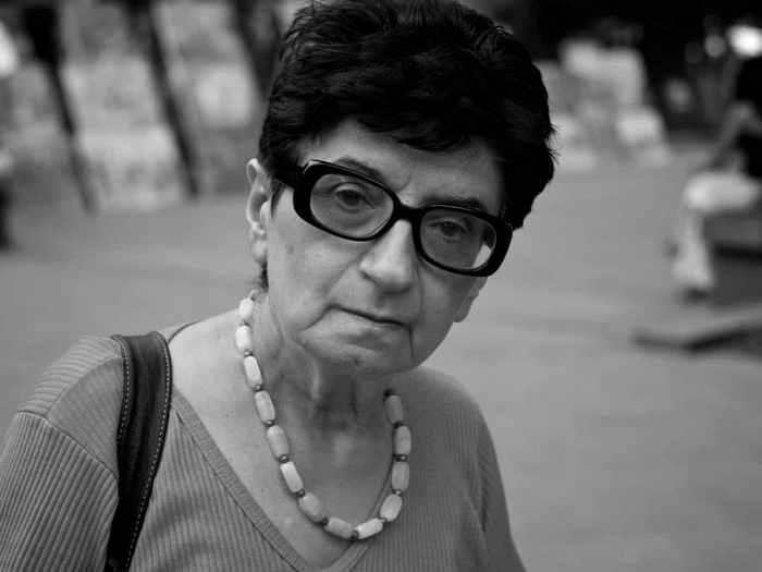 Пожилая женщина рассчитывалась на кассе, и терпение в очереди заканчивалось. Первым не выдержал писатель