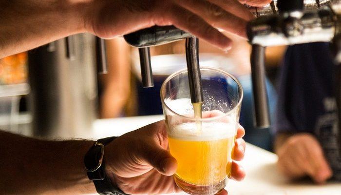 Бесплатную кружку любого напитка за ведро мусора с пляжа предлагает бар в Британии