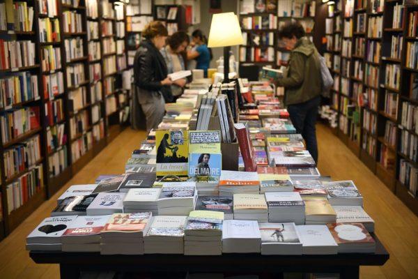 Покупатели книг находят внутри 5-долларовую купюру и записку. Кто положил их туда?