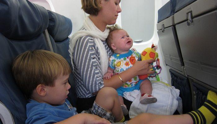 Мама с тремя детьми нервировала пассажиров самолёта. И только одна женщина знала, что делать