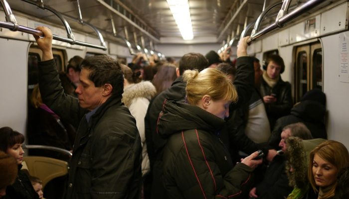 Пассажир в метро заметил, как девушка залезла в карман старика. Он не остановил её, а… зауважал