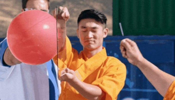 Шаолиньский монах бросил иглу и… пробил ею стекло (видео)
