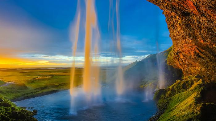 Водопад на фоне неба