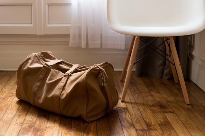 Бродяга подобрал дорогую сумку и понял, кого-то обокрали. А ведь у него тоже украли спальный мешок