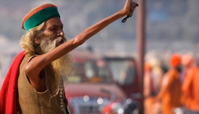 Индийский отшельник уже 45 лет держит руку поднятой!