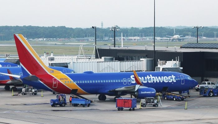 Двигатель самолёта взорвался в полёте, и его осколки разбили иллюминатор. Мужчина закрыл пробоину собой!