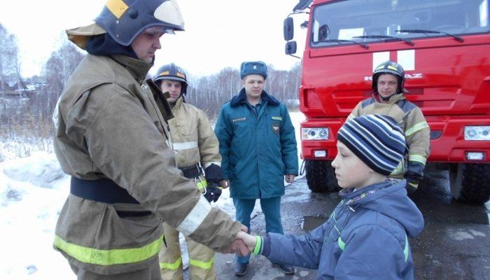 «Конечно, я испугался». 10-летний мальчик вывел братьев и сестру из дома и стал тушить пожар