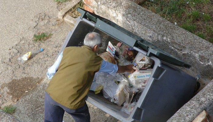 Бездомный нашёл жизненно важные документы в мусоре и вернул владельцу. Этим он в прямом смысле спас парня!