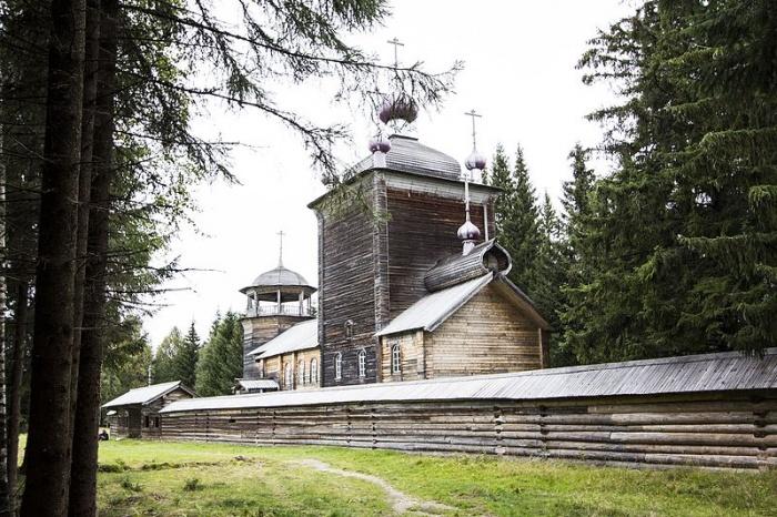 деревянный монастырь в лесу