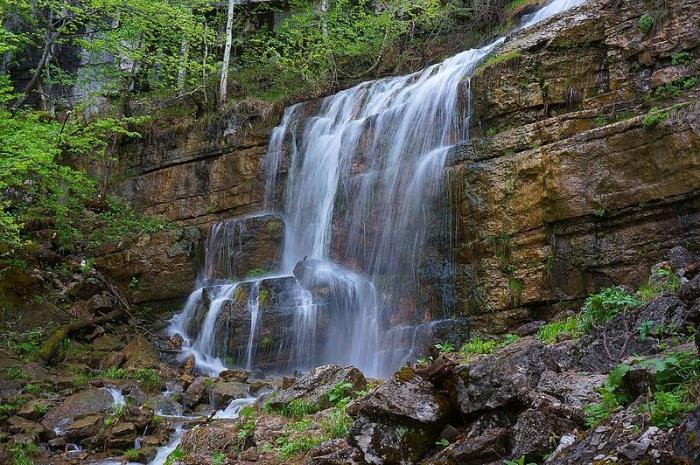 водопад с ровной скалы