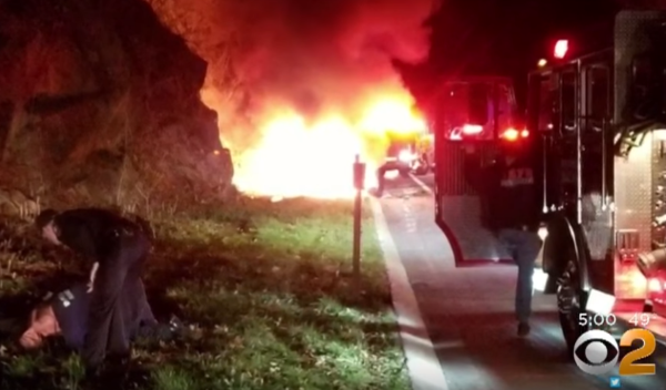 Водитель увидел на обочине перевёрнутый горящий внедорожник. Вызвав спасателей, парень бросился на помощь и успел спасти водителя!
