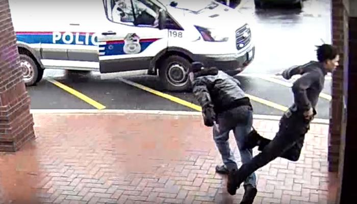(Видео) Пенсионер поучаствовал в задержании вооружённого парня. Подставил ему подножку!