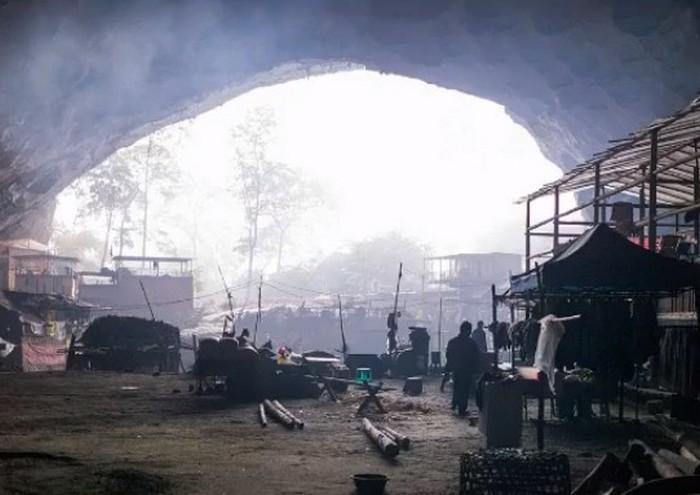 Пещера Китая скрывает от мира целую деревню из 18 семей