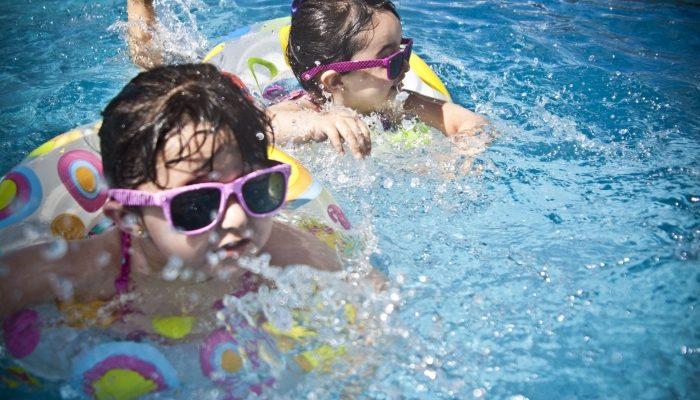Девочка глотнула воды в бассейне. Через 2 дня врачам пришлось бороться за её жизнь из-за химических веществ в воде