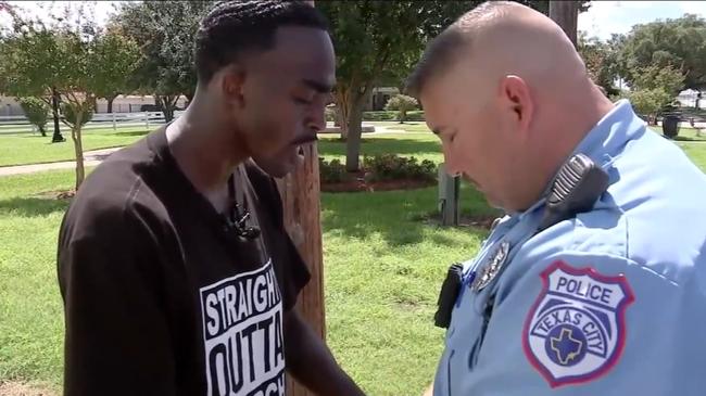Бывший заключённый пришёл к полицейскому, который его арестовал. Очевидцы ахнули, когда увидели их, молящихся вместе