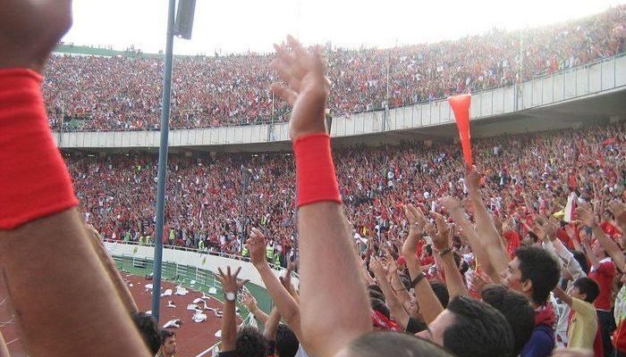 Иранским женщинам запрещено посещать футбольные матчи. Но настоящим фанаткам запреты нипочём!
